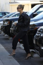 Hailey Bieber Out and About with her stylist in West Hollywood 2019/10/31 34