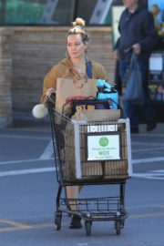Hilary Duff Without Makeup Grocery Shopping Out at Ralph's in Los Angeles 2019/11/24 6