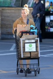 Hilary Duff Without Makeup Grocery Shopping Out at Ralph's in Los Angeles 2019/11/24 7