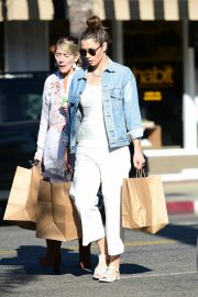 Jessica Biel Shopping with her mom in Los Angeles 2019/10/26 5