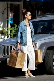 Jessica Biel Shopping with her mom in Los Angeles 2019/10/26 17