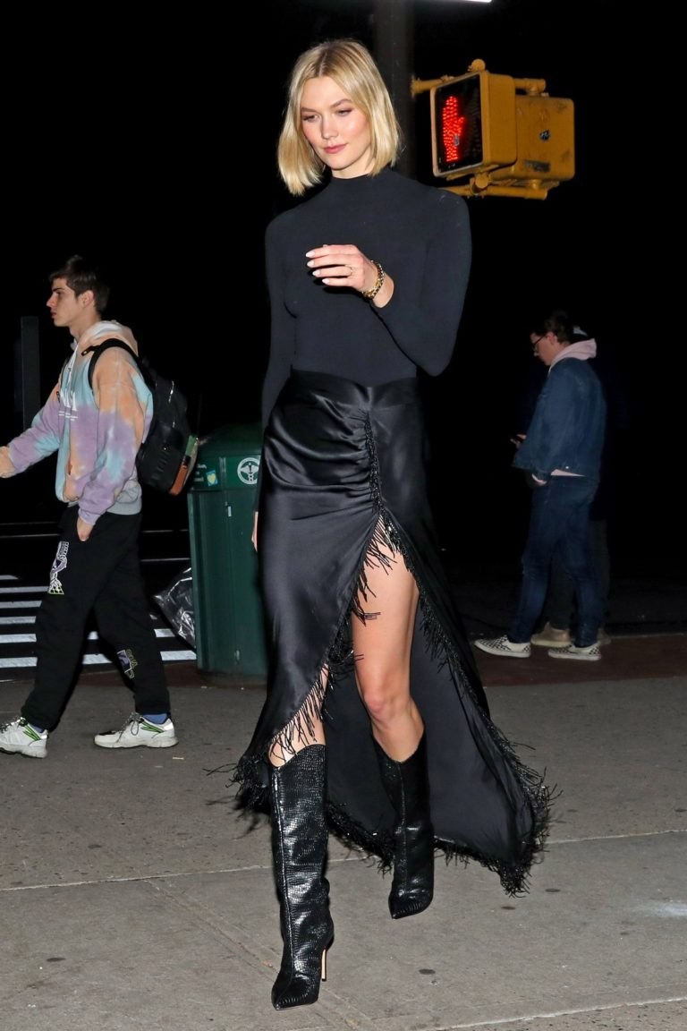 Karlie Kloss flaunts her legs in black stylish outfit out in New York 2019/11/23 3