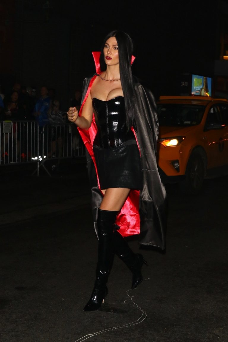 Karlie Kloss seen a sexy Dracula for Heidi Klum's Halloween Party in New York 2019/10/31 1