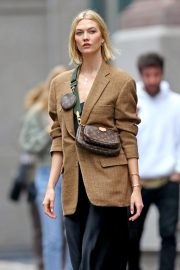 Karlie Kloss seen in brown coat and black fashionall outfit out in New York 2019/10/30 1