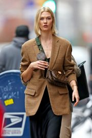 Karlie Kloss seen in brown coat and black fashionall outfit out in New York 2019/10/30 2