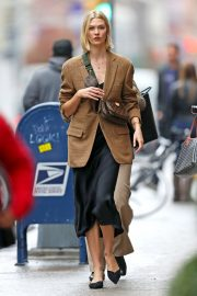 Karlie Kloss seen in brown coat and black fashionall outfit out in New York 2019/10/30 3