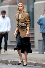Karlie Kloss seen in brown coat and black fashionall outfit out in New York 2019/10/30 4