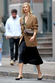 Karlie Kloss seen in brown coat and black fashionall outfit out in New York 2019/10/30 5