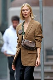 Karlie Kloss seen in brown coat and black fashionall outfit out in New York 2019/10/30 6