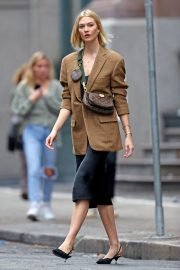 Karlie Kloss seen in brown coat and black fashionall outfit out in New York 2019/10/30 7