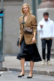 Karlie Kloss seen in brown coat and black fashionall outfit out in New York 2019/10/30 8