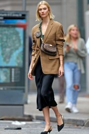 Karlie Kloss seen in brown coat and black fashionall outfit out in New York 2019/10/30 9