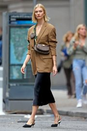 Karlie Kloss seen in brown coat and black fashionall outfit out in New York 2019/10/30 11