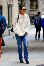 Katie Holmes in Loose Top and Blue Denim Out in New York City 2019/10/28 1