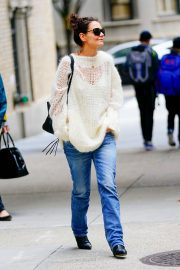Katie Holmes in Loose Top and Blue Denim Out in New York City 2019/10/28 3