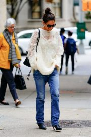 Katie Holmes in Loose Top and Blue Denim Out in New York City 2019/10/28 6