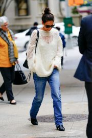 Katie Holmes in Loose Top and Blue Denim Out in New York City 2019/10/28 7