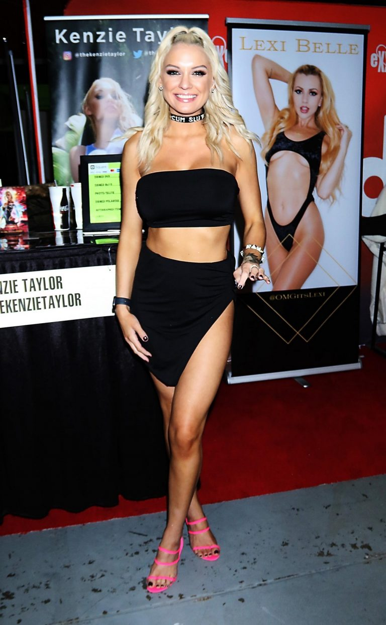 Kenzie Taylor attends Exxxotica Expo 2019 at the Edison Hotel in New Jersey 2019/10/25 2