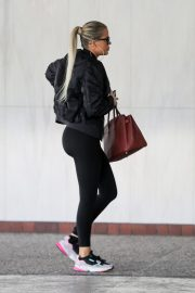 Khloe Kardashian arrives at a Doctor's office in Los Angeles 2019/11/01 3
