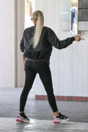 Khloe Kardashian arrives at a Doctor's office in Los Angeles 2019/11/01 5