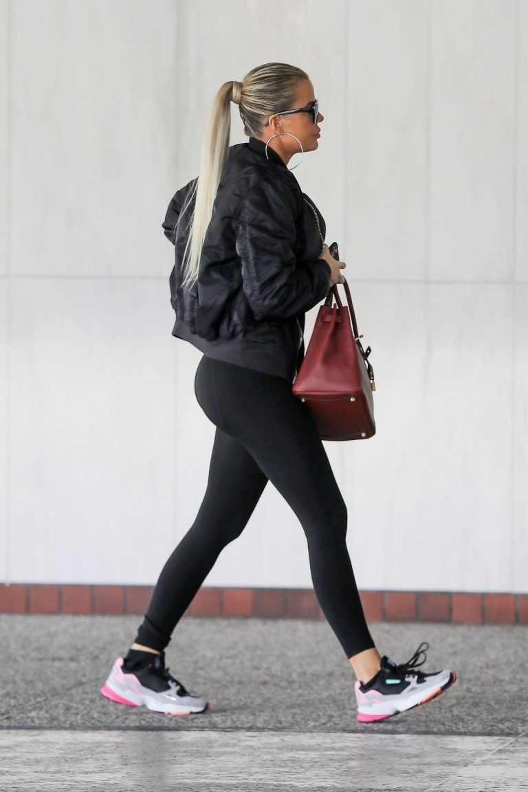 Khloe Kardashian arrives at a Doctor's office in Los Angeles 2019/11/01 8