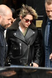 Kristen Stewart in Leather Jacket and Light Blue Denim Out in London 2019/11/22 1