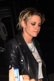 Kristen Stewart seen in leather jacket with jeans Night Out in New York 2019/11/02 6