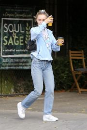 Lily-Rose Depp enjoys coffee at Aroma Cafe in Los Angeles 2019/10/29 3