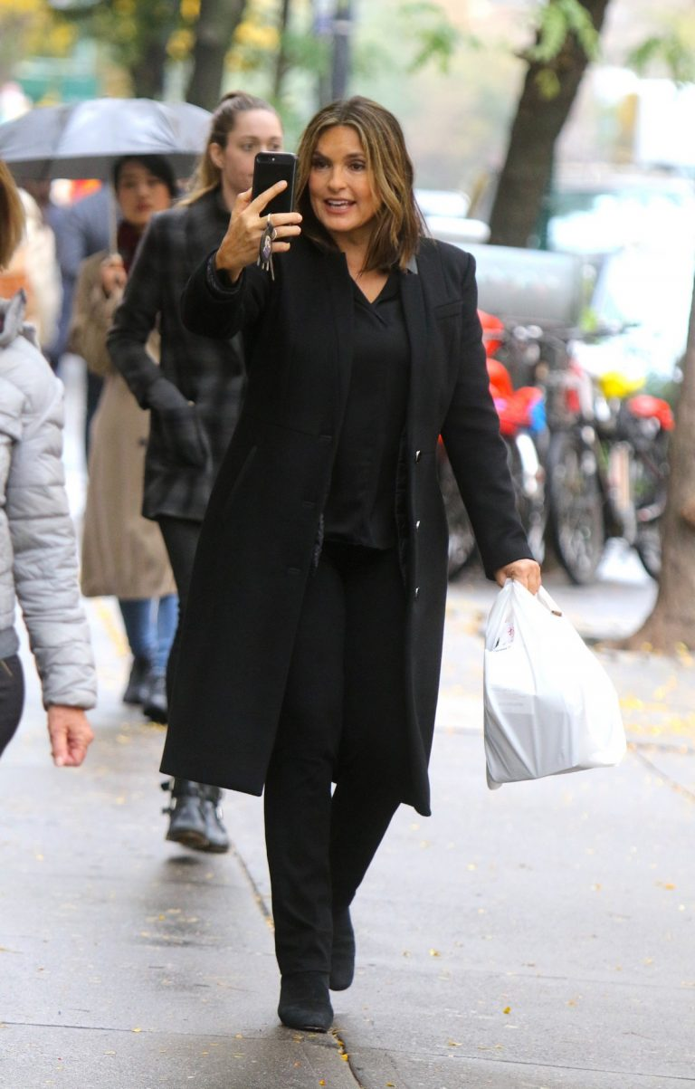 Mariska Hargitay on the set of ''Law and Order: Special Victims Unit'' in New York 2019/10/30 3