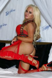 Nikki Delano poses Exxxotica Expo 2019 at the Edison Hotel in New Jersey 2019/10/25 8