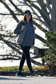 Pregnant Anne Hathaway and her husband Adam Shulman Out in Westport, Connecticut 2019/11/03 1