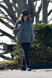 Pregnant Anne Hathaway and her husband Adam Shulman Out in Westport, Connecticut 2019/11/03 3