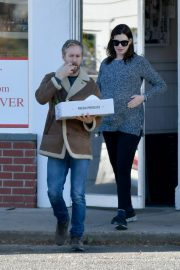 Pregnant Anne Hathaway and her husband Adam Shulman Out in Westport, Connecticut 2019/11/03 4