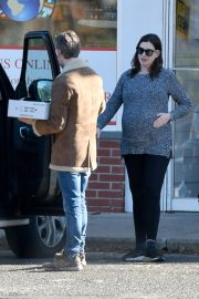 Pregnant Anne Hathaway and her husband Adam Shulman Out in Westport, Connecticut 2019/11/03 5