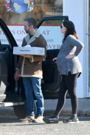Pregnant Anne Hathaway and her husband Adam Shulman Out in Westport, Connecticut 2019/11/03 7