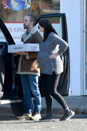 Pregnant Anne Hathaway and her husband Adam Shulman Out in Westport, Connecticut 2019/11/03 8