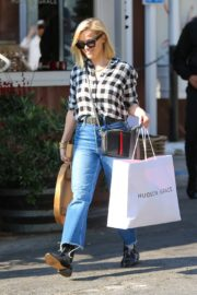 Reese Witherspoon in checked shirt with denim early Christmas shopping in Brentwood 2019/11/25 2