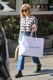 Reese Witherspoon in checked shirt with denim early Christmas shopping in Brentwood 2019/11/25 3