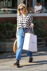 Reese Witherspoon in checked shirt with denim early Christmas shopping in Brentwood 2019/11/25 4