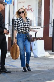 Reese Witherspoon in checked shirt with denim early Christmas shopping in Brentwood 2019/11/25 5