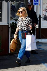 Reese Witherspoon in checked shirt with denim early Christmas shopping in Brentwood 2019/11/25 6