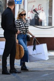 Reese Witherspoon in checked shirt with denim early Christmas shopping in Brentwood 2019/11/25 7
