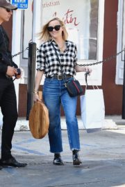 Reese Witherspoon in checked shirt with denim early Christmas shopping in Brentwood 2019/11/25 8
