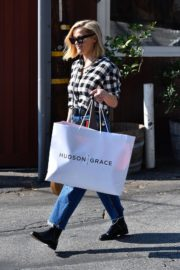 Reese Witherspoon in checked shirt with denim early Christmas shopping in Brentwood 2019/11/25 9