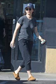 Sara Gilbert enjoys a healthy drink while out in Los Angeles 2019/10/29 1