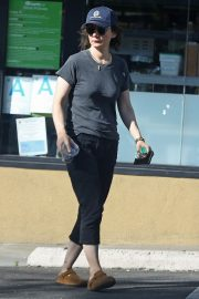 Sara Gilbert enjoys a healthy drink while out in Los Angeles 2019/10/29 4