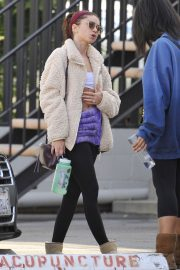 Sarah Hyland shows off her abs after Pilates workout in Studio City 2019/11/02 3