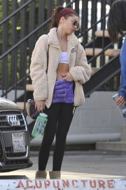 Sarah Hyland shows off her abs after Pilates workout in Studio City 2019/11/02 13