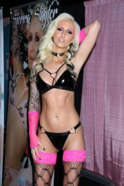 Sierra Slayter attends Exxxotica Expo 2019 at the Edison Hotel in New Jersey 2019/10/25 5