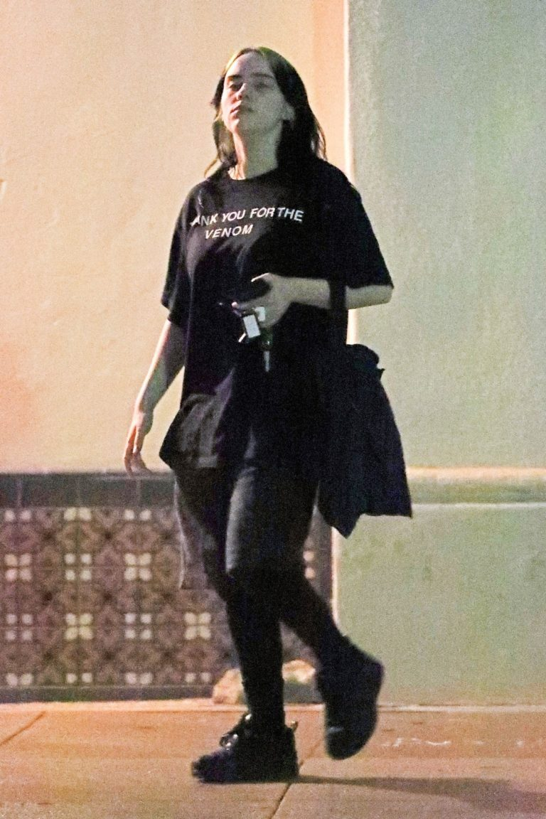 Billie Eilish leaves after night gym workout at Fit & Bendy in Los Angeles 2019/11/30 3